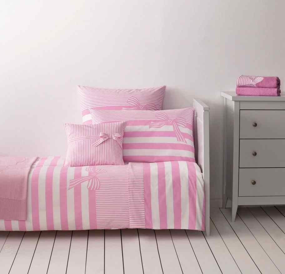 parure lit enfant pour une chambre moderne chaleureuse. Black Bedroom Furniture Sets. Home Design Ideas